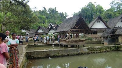 Hasil carian imej untuk Permukiman Trasional Badui, Kampung Naga, Tasikmalaya.