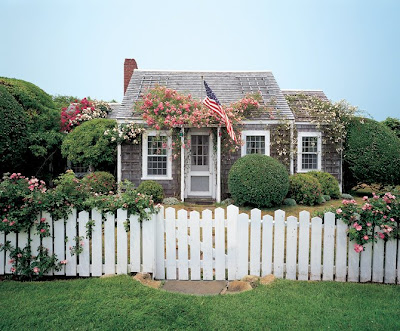 I Spotted This Little Nantucket Cottage On Florida Sue S Blog Recently It Owned By Designer Jeffrey Bilhuber And Was Featured In Architectural Digest A