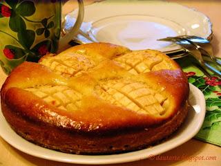 Pyragas su obuoliais ir slyvomis