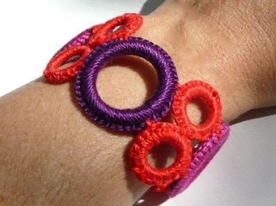 Como hacer un colgante o pulsera con anillas tejidas