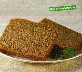 Tuang di loyang oval yang dioles margarin dan dialas kertas roti Cake Kacang Berempah
