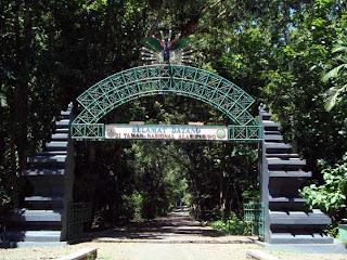 foto pintu gerbang alas purwo