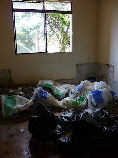Sala toda quebrada com entulho