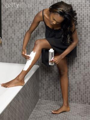Mujer afeitado de piernas, foto