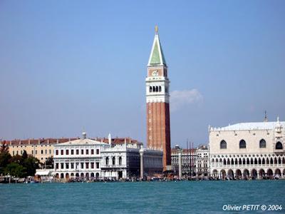 Venise - Le campanile de la Place San Marco  avec à sa gauche le Palais des Doges