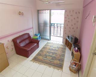 Tiga Orang Gadis Muda Yang Tinggal Di Apartment Ini Telah Cuba Mengundang Keceriaan Pada Ruang Tamu Melalui Rawatan Cat Dan Stensil