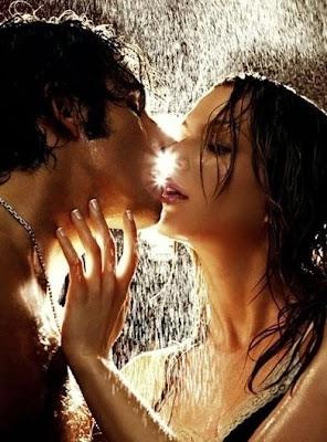 parejas dándose besos