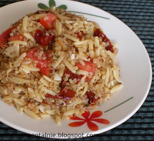 Quinoa i orzo z suszonymi pomidorami i bazylią