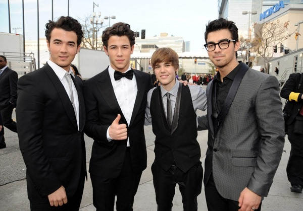 Welcome to ashley 39 s blog jonas brothers vs justin bieber - Jonas brothers blogspot ...
