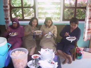 Undangan Makan Di Rumah Santoso Dalam Acara Tingkepan Bulanan