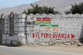 Después del sismo de agosto de 2007, quedaron muchas construcciones en pie que uno ignora si más bien deberían ser derribadas o si se deben mantener por los buenos mensajes que emiten a la población, como éste: El Perú avanza... ¿hacia dónde? - Andargeyo Viajes