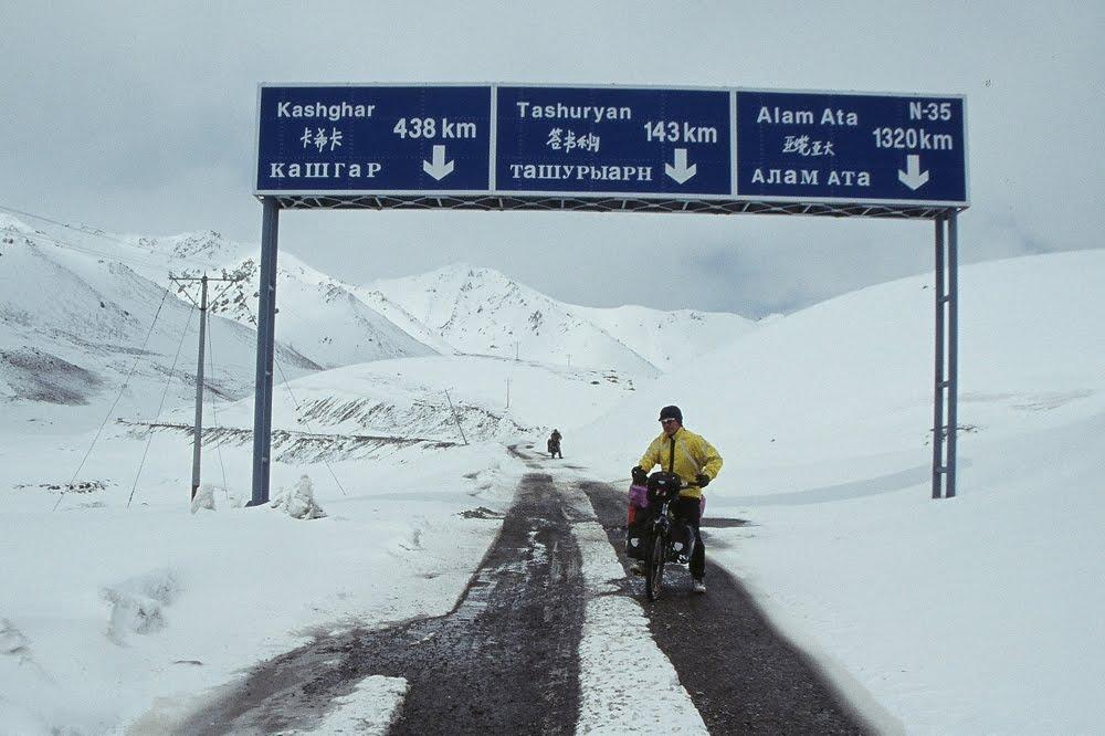 Ciclista en medio de la nieve en el Paso de Khunjerab