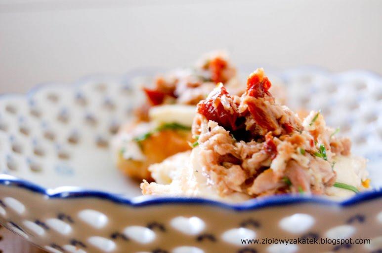 Śniadanie: grzanki z tuńczykiem, chilli i buncem