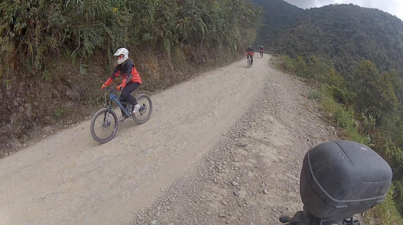 Ciclistas descendo a estrada da morte.