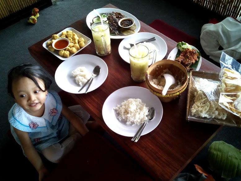 Ayam Bakar Bumbu Rujak, Gurami Asam Manis, Tahu Crispy, dan Jus Alpukat