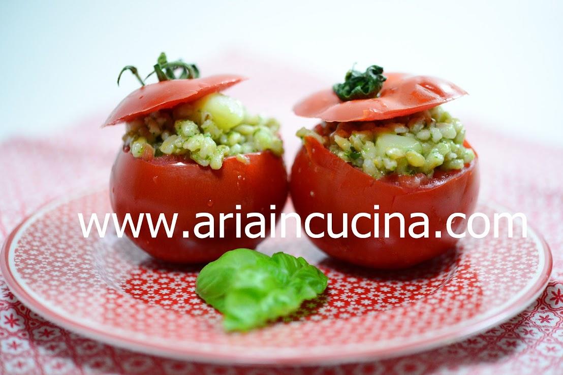 Insalata fredda d'orzo e patate al basilico servita in pomodori crudi